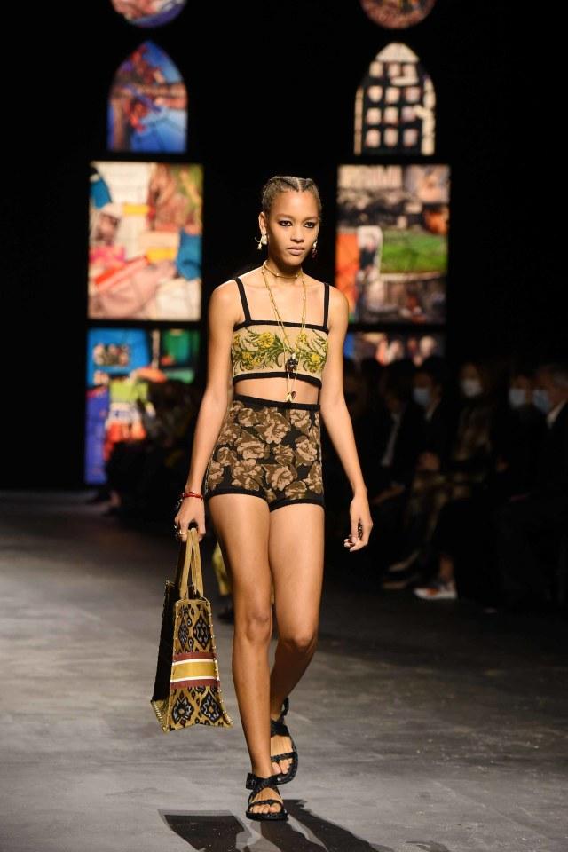 Bikin Bangga! Kain Endek Bali Warnai Koleksi Dior di Paris Fashion Week 2021 (389563)
