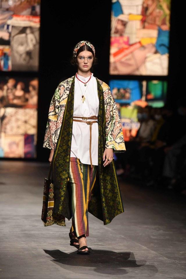 Bikin Bangga! Kain Endek Bali Warnai Koleksi Dior di Paris Fashion Week 2021 (389562)
