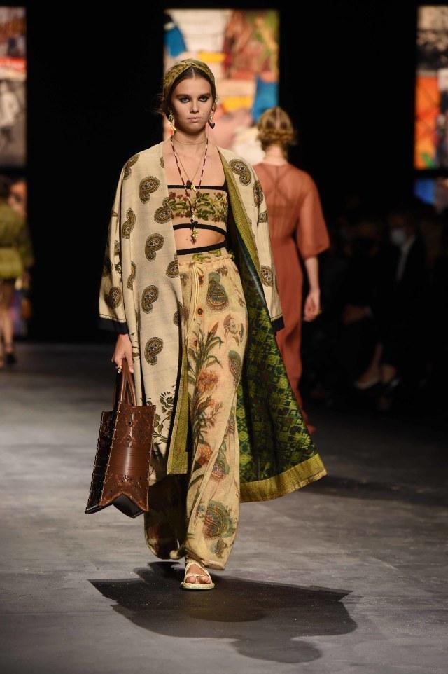 Bikin Bangga! Kain Endek Bali Warnai Koleksi Dior di Paris Fashion Week 2021 (389561)