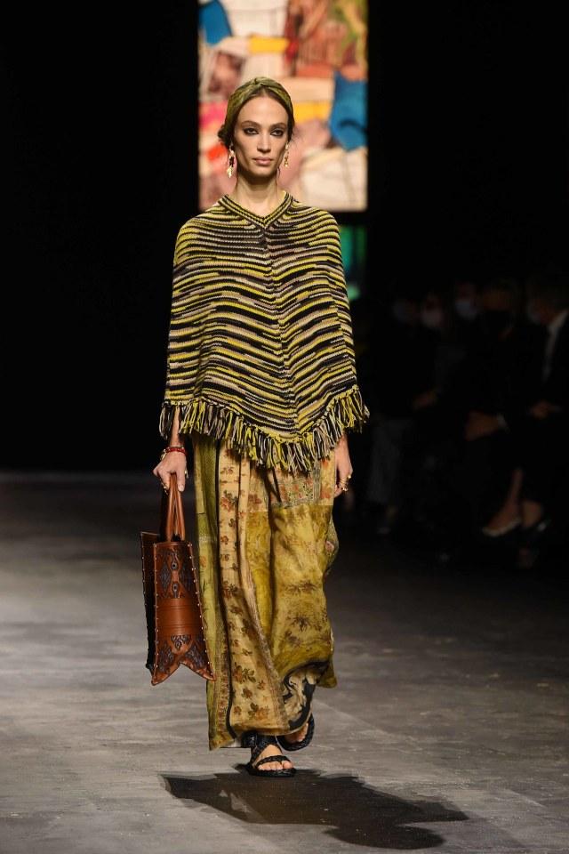 Bikin Bangga! Kain Endek Bali Warnai Koleksi Dior di Paris Fashion Week 2021 (389564)