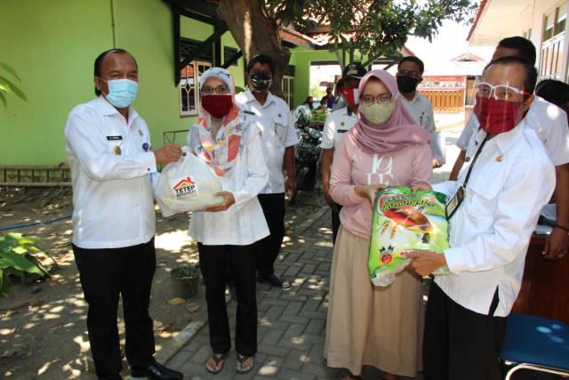 Pemprov Jateng Beri Bantuan Paket Sembako untuk 3.446 Warga Kota Tegal (104702)
