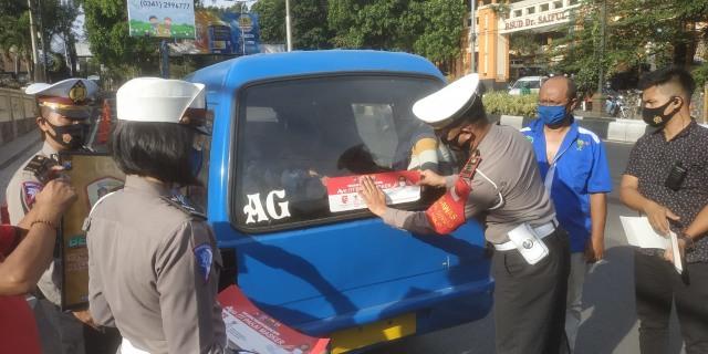 500 Kendaraan di Kota Malang Tertempel Stiker Imbauan Bermasker (1353)