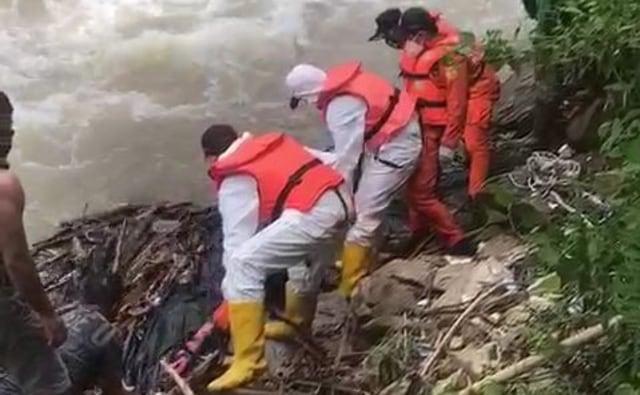 Mayat Mr X Ditemukan di Pinggir Sungai, Petugas Evakuasi Pakai APD Lengkap (60393)