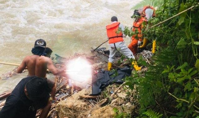 Mayat Mr X Ditemukan di Pinggir Sungai, Petugas Evakuasi Pakai APD Lengkap (60394)
