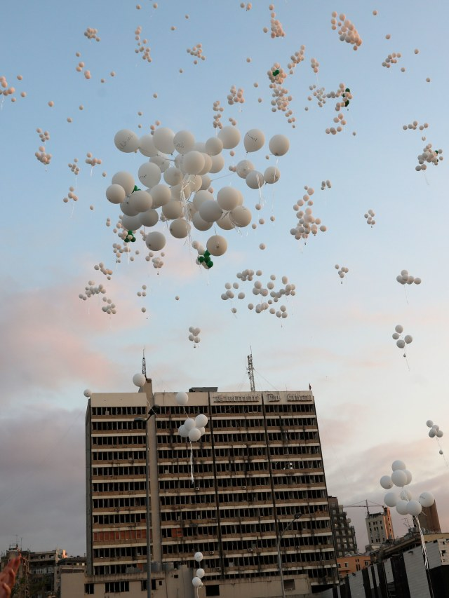 Foto: Peringati 2 Bulan Ledakan di Beirut, Masyarakat Terbangkan Balon Putih (584128)