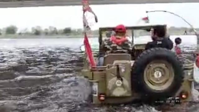 Hujan Deras, 7 Mobil Offroad Sempat Terjebak Air Bah Aliran Sungai Unda Bali  (10145)