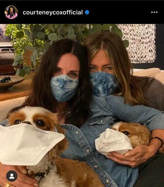 Bergaya Senada, Ini 5 Potret Kebersamaan Jennifer Aniston dan Courteney Cox (51605)