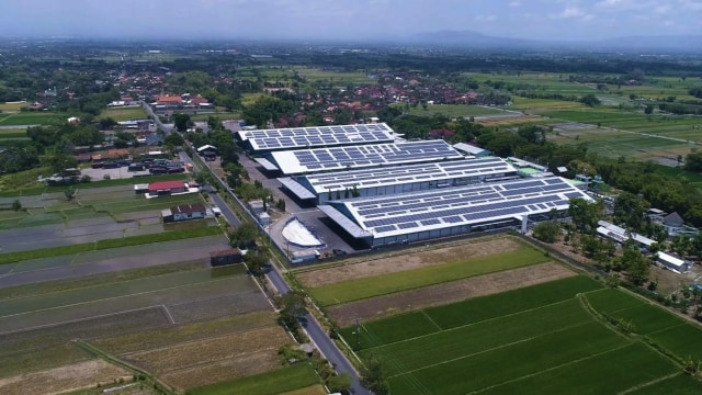 Produsen Aqua Bangun Pembangkit Listrik Tenaga Matahari di Atap Pabriknya (241332)