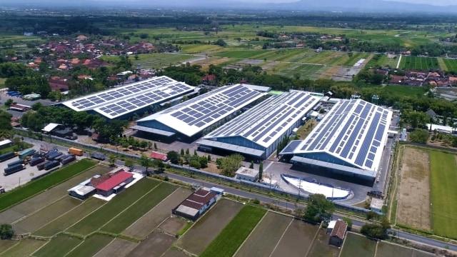 Produsen Aqua Bangun Pembangkit Listrik Tenaga Matahari di Atap Pabriknya (241331)