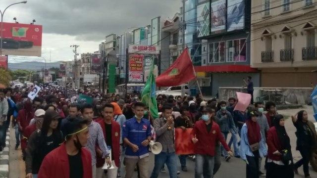 Ribuan Mahasiswa di Kendari Padati Jalan Raya Tolak UU Cipta Kerja (23698)