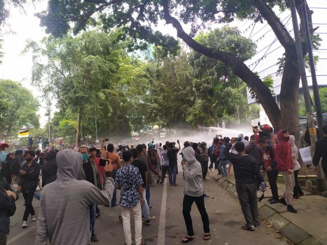 Demo Tolak UU Cipta Kerja di DPRD Sumut Ricuh, Kaca-kaca Gedung Pecah  (1)