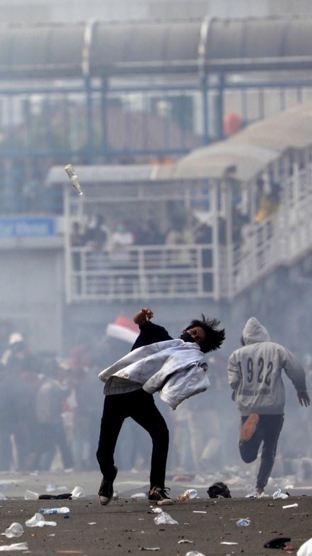 Jam Demo Sudah Habis, Polisi Terus Bubarkan Massa Perusuh di Harmoni (168807)