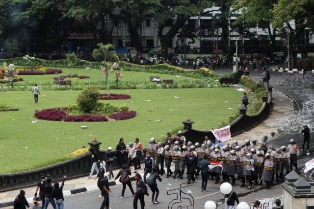 Update Aksi Tolak Omnibus Law di Malang: Polisi Pukul Mundur Demonstran (661560)