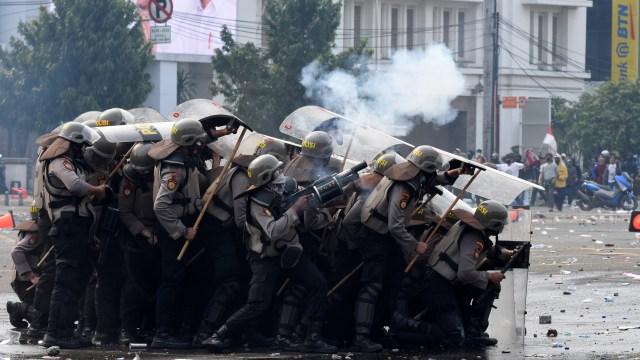 Jam Demo Sudah Habis, Polisi Terus Bubarkan Massa Perusuh di Harmoni (168808)