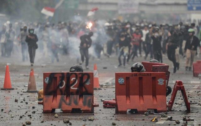 Pemilik Panti Pijat Positif Corona Kabur dari Ambulans, Lari ke Tengah Demo (90910)