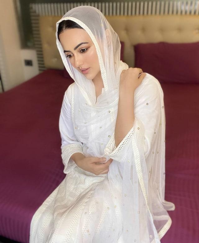 Hijrah, Sana Khan Putuskan Tinggalkan Bollywood   (3197)