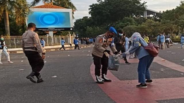 Contoh, Mahasiswa dan Polisi Bersama-sama Pungut Sampah Usai Unjuk Rasa  (208918)