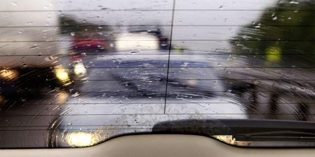 Sudah Tahu Fungsi Garis-garis di Kaca Belakang Mobil? (65740)