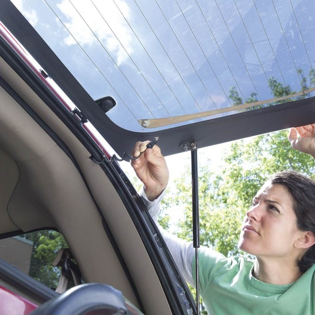 Sudah Tahu Fungsi Garis-garis di Kaca Belakang Mobil? (65739)