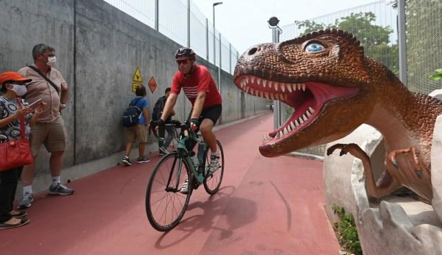 Foto: Miniatur Dinosaurus di Jalan Penghubung Changi Airport, Singapura (15681)