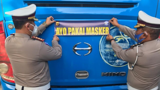 Kampanye Pakai Masker, Polisi Aceh Tempel 1.500 Stiker di Mobil-mobil  (315783)