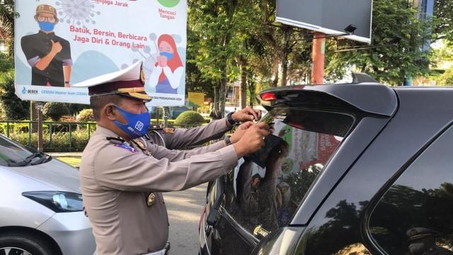 Kampanye Pakai Masker, Polisi Aceh Tempel 1.500 Stiker di Mobil-mobil  (315784)