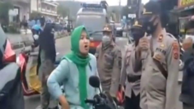 Ngaku Istri Jaksa, Emak-emak di Aceh Bentak Polisi saat Terjaring Razia Masker (175262)