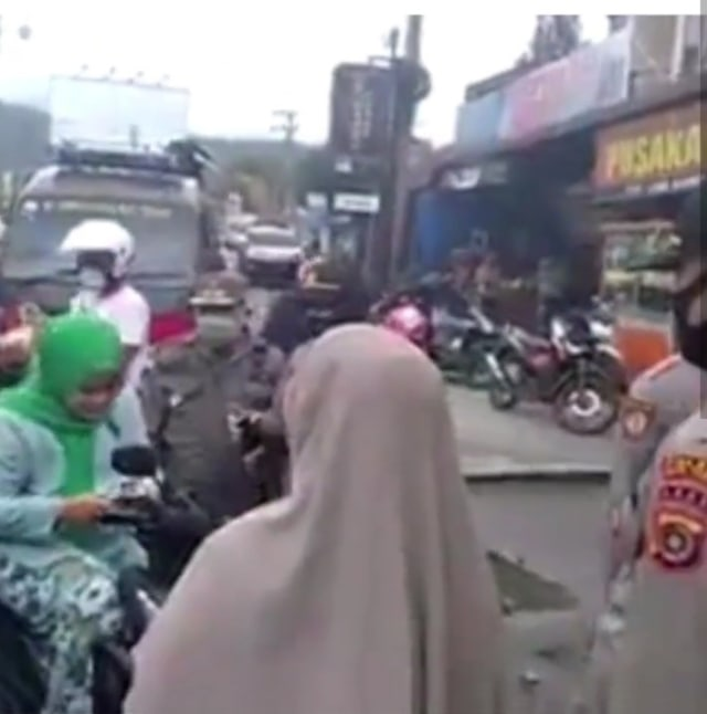 Ngaku Istri Jaksa, Emak-emak di Aceh Bentak Polisi saat Terjaring Razia Masker (175260)