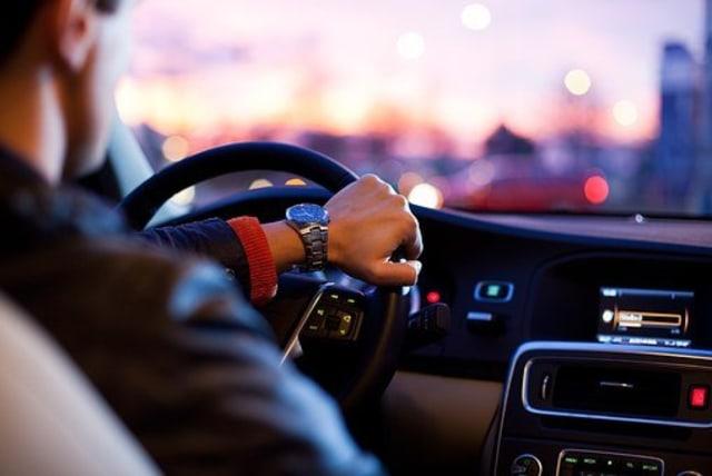 Banyak yang Keliru, Begini 5 Teknik Aman Pengereman Mobil di Jalan Menurun (20647)