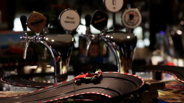 Foto: Staf Kafe di Ceko Isi Waktu Karantina dengan Bermain Mobil Listrik (64022)