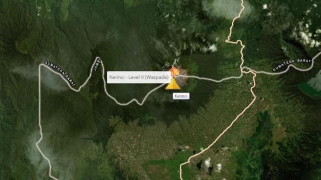 Gunung Kerinci Keluarkan Asap Hitam Pekat Pagi Ini (1)