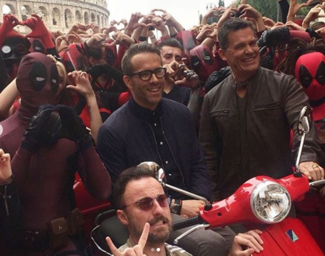 Pesona Ryan Reynolds saat Mengenakan Kacamata (72437)