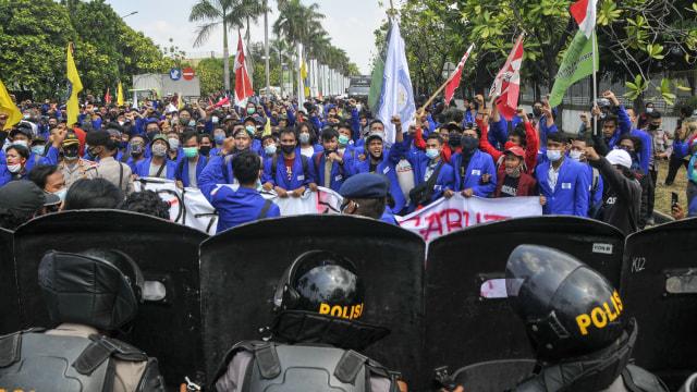 8 Polisi di Bekasi Positif Corona Usai Amankan Demo Omnibus Law (261009)