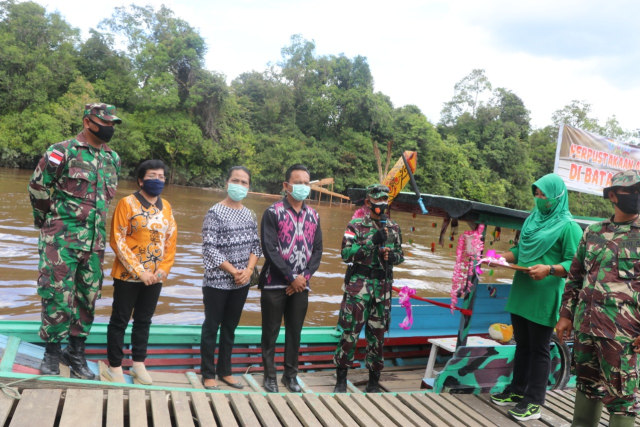 Dansatgas TMMD Sintang Launching Perpustakaan Apung di Batas Negeri (32)