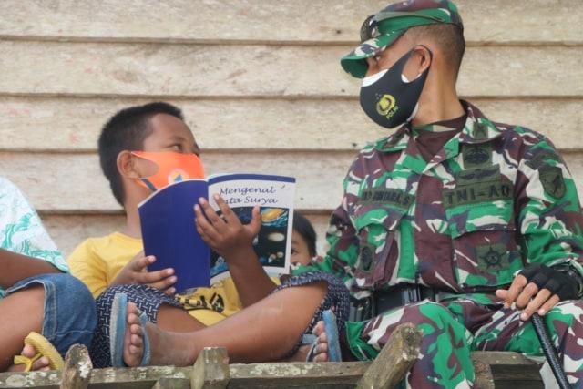 Dansatgas TMMD Sintang Launching Perpustakaan Apung di Batas Negeri (33)