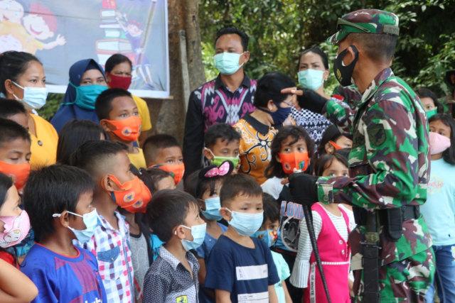 Dansatgas TMMD Sintang Launching Perpustakaan Apung di Batas Negeri (34)