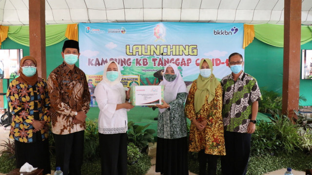 Bupati Bojonegoro Anna Muawanah, Launching Kampung KB Tanggap Covid-19 (33423)