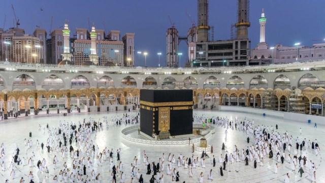 Foto: Salat Jemaah Pertama di Masjidil Haram saat Pandemi Corona (68180)