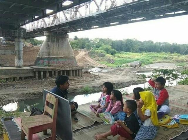 Pojok Pustaka, Taman Bacaan di Bawah Jembatan, Yogyakarta (74833)