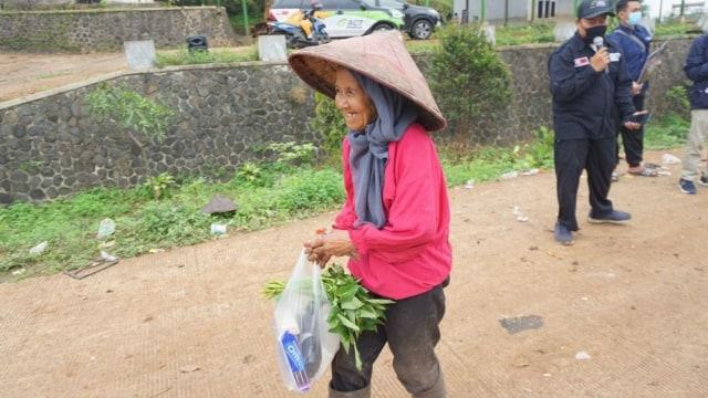 Harga Jual Sampah Anjlok, Orang Baik Bantu Sedekah Pangan Bagi Pemulung Lansia (28024)