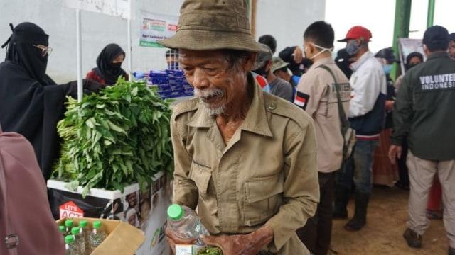 Harga Jual Sampah Anjlok, Orang Baik Bantu Sedekah Pangan Bagi Pemulung Lansia (28023)