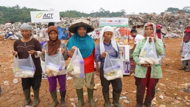 Harga Jual Sampah Anjlok, Orang Baik Bantu Sedekah Pangan Bagi Pemulung Lansia (28022)