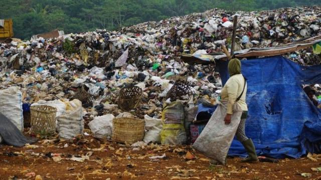 Harga Jual Sampah Anjlok, Orang Baik Bantu Sedekah Pangan Bagi Pemulung Lansia (28021)