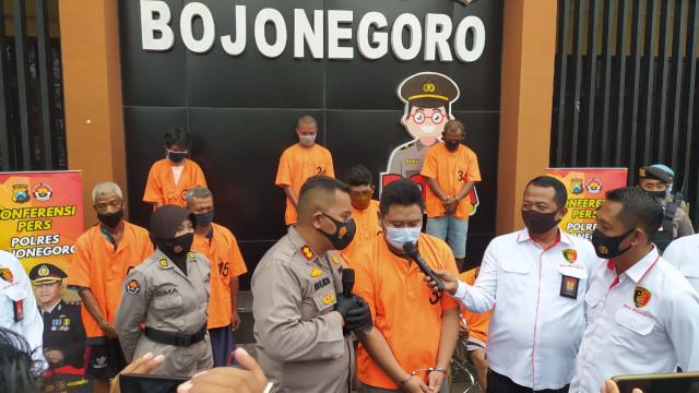 Gadaikan Mobil Rental, 2 Orang Tersangka Diamankan Polisi Bojonegoro (520247)