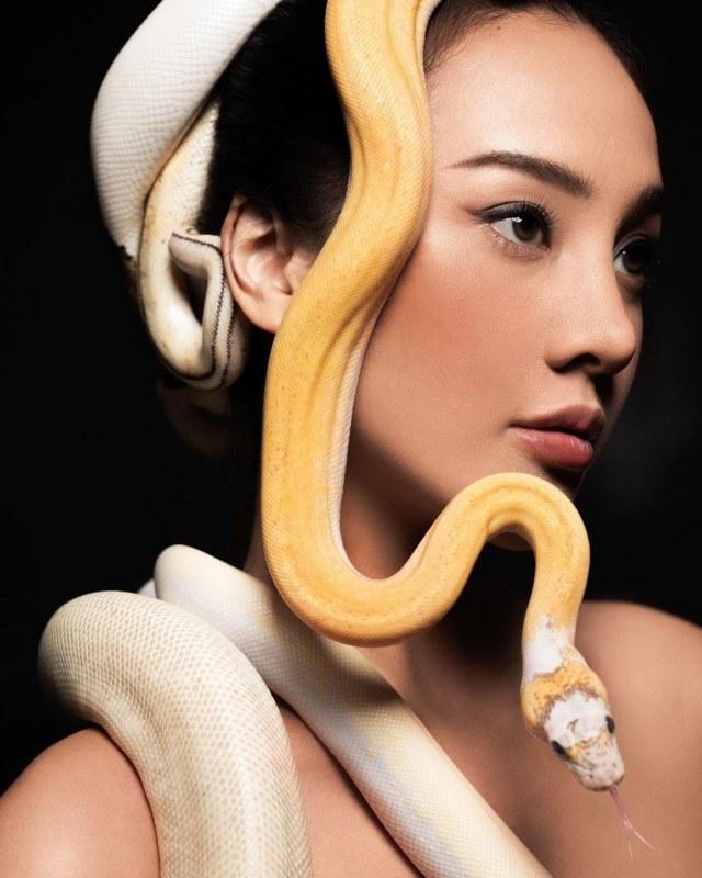 Seperti Medusa, Begini Gaya Anya Geraldine saat Pemotretan Bersama 11 Ular Piton (67971)