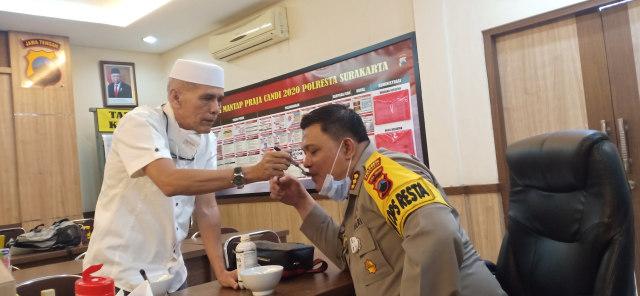 Habib HM dan dr. Lala Cantiq Berbagi Pro Biotik dan Masker di Mapolresta Solo (52827)