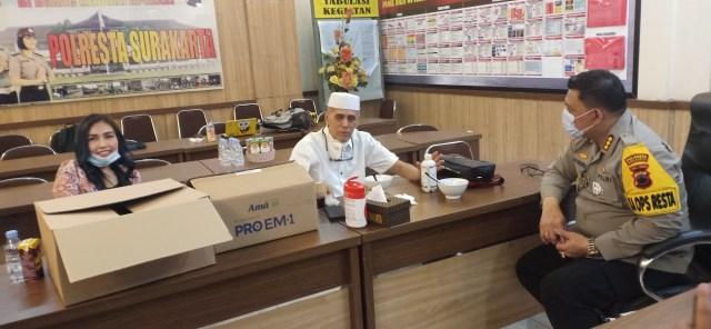 Habib HM dan dr. Lala Cantiq Berbagi Pro Biotik dan Masker di Mapolresta Solo (52828)