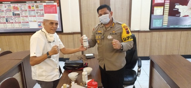 Habib HM dan dr. Lala Cantiq Berbagi Pro Biotik dan Masker di Mapolresta Solo (52829)