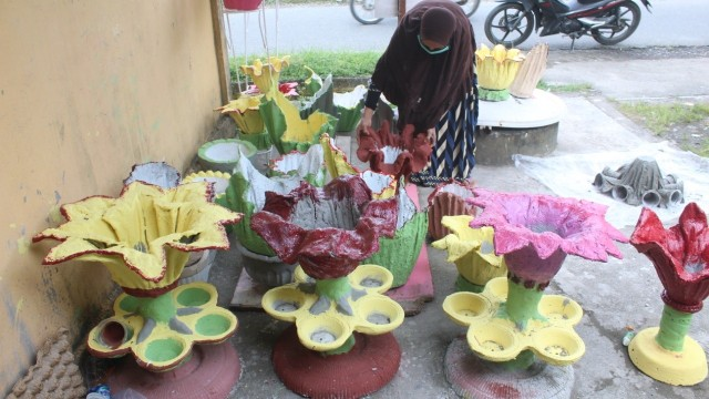 Bisnis Rumahan di Tengah Corona, IRT Ini Sulap Kain Bekas jadi Vas Bunga Unik (531316)