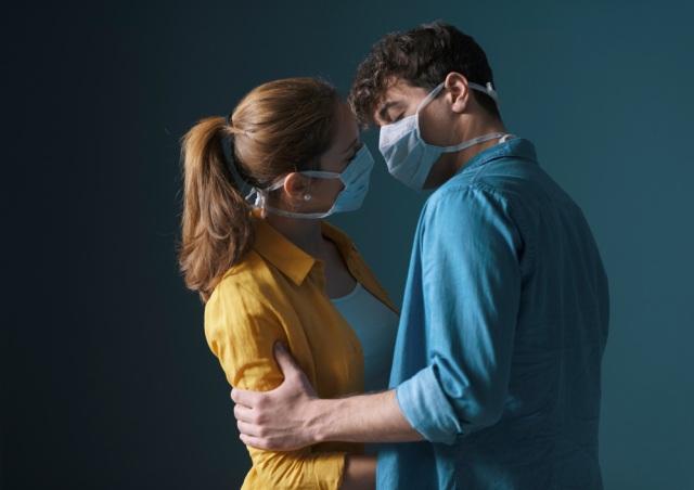 Ciuman di Tempat Umum Saat Pandemi, Pasangan Turis Ini Didenda Rp 7 Juta (276138)